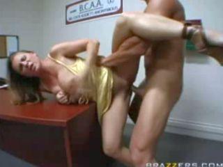 Secrétaire chaude prise sur le bureau