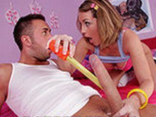 Jeune nympho baise le pote de son frère