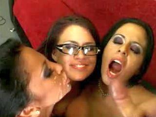 Ejac faciale sur le visage de trois coquines