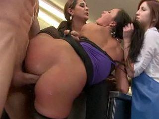 Pucelle soumise enculée devant ses copines