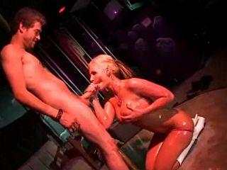 Blondinette coquine se fait doigter le cul