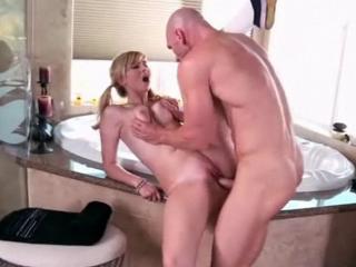 Jeune blonde d�pucel�e par le fr�re de sa copine
