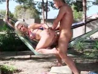 Blonde baisée en camping