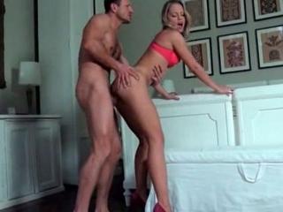Jeune blonde baisée par un agent immobilier