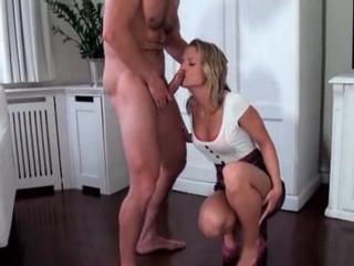 Jeune blonde sexy suce beau papa