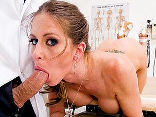 Rachel Roxxx suce et baise un infirmier