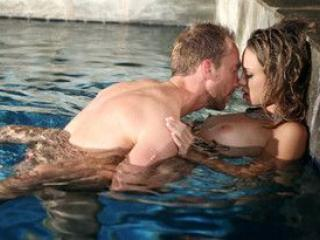 Jeune blonde sautée dans sa piscine