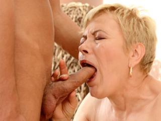 Mamie salope suce et baise avec un jeune homme