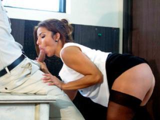 La secrétaire Isabella Taylor baise avec un livreur