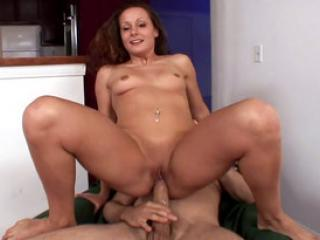 Jolie brunette en serviette bais�e par son d�panneur