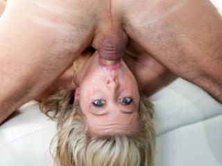 La jeune blonde Zoey Monroe pompe une queue