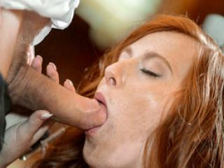 La chaude rouquine Linda Sweet  baise dans un bar