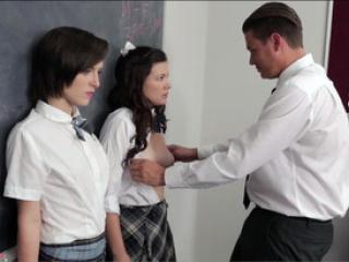 Deux étudiantes chaudes jouent avec la bite du prof