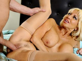 Cougar salope vide les burnes d'un jeune homme