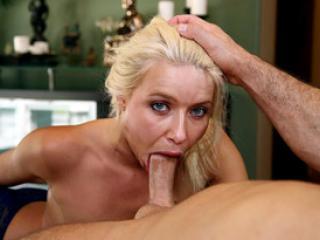 Pipe en POV avec une jolie blonde