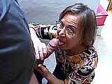 Mamie, toujours accroc au sexe, tourne dans un film porno