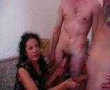 2 jeunes baisent la femme de menage arabe