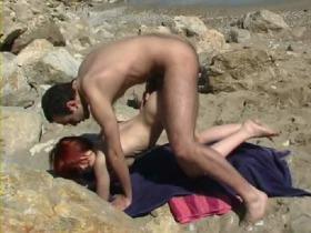 Baise hard sur une plage de naturistes