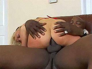 Beau black encule sa jeune copine blonde