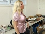 Belle secretaire bais�e sur son bureau