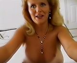 Blonde mature qui pompe une queue