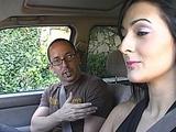 Brune baise un auto stoppeur