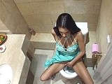 Brune cochonne enculee dans les toilettes