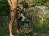 Une femme militaire bais�e par un prisonnier