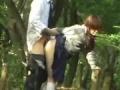 Couple japonnais baise dans un jardin publique
