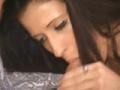 Deux belles brunes se fon baiser cote a cote sur un meme lit