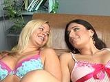 Godes ceinture et belles petites lesbiennes