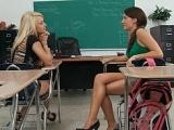 Deux étudiantes bouffent la queue du prof
