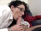 Femme � lunettes se fait gicler au visage