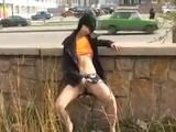 Elle se caresse le minou dans la rue