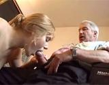 Etudiante suce la queue d'un vieux pervers