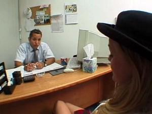 Femme mari�e bais�e par son conseill� bancaire