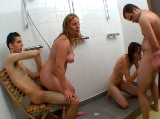 Femmes mari�es bais�es par 2 jeunes dans un club libertin !!