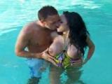 Sonia jouit dans la piscine