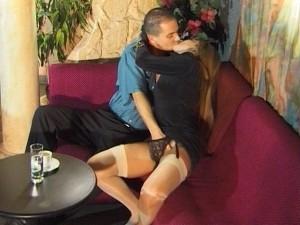 Il baise sa jeune copine dans une boite echangiste
