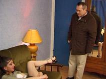 Il surprend sa jeune belle fille entrain de se branler