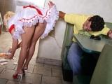 Je baise la jeune serveuse d'un bar