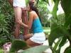 Deux étudiants en chaleur copulent dans un jardin presque public