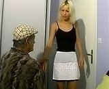 Jeuen femme de menage baise avec un vieux