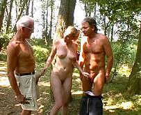Jeune etudiante nympho suce deux vieux vicelard