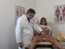 Jeune fille passe une visite medicale