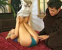 Jeune fille vierge bais�e par deux pretres