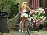 Jeune pucelle a vélo niquée par un pervers