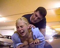 Jeune pucelle abus�e dans un parking