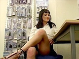 Jeune vendeuse se gode au boulot