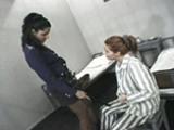 La garde initie l'accus�e au plaisir lesbien.
